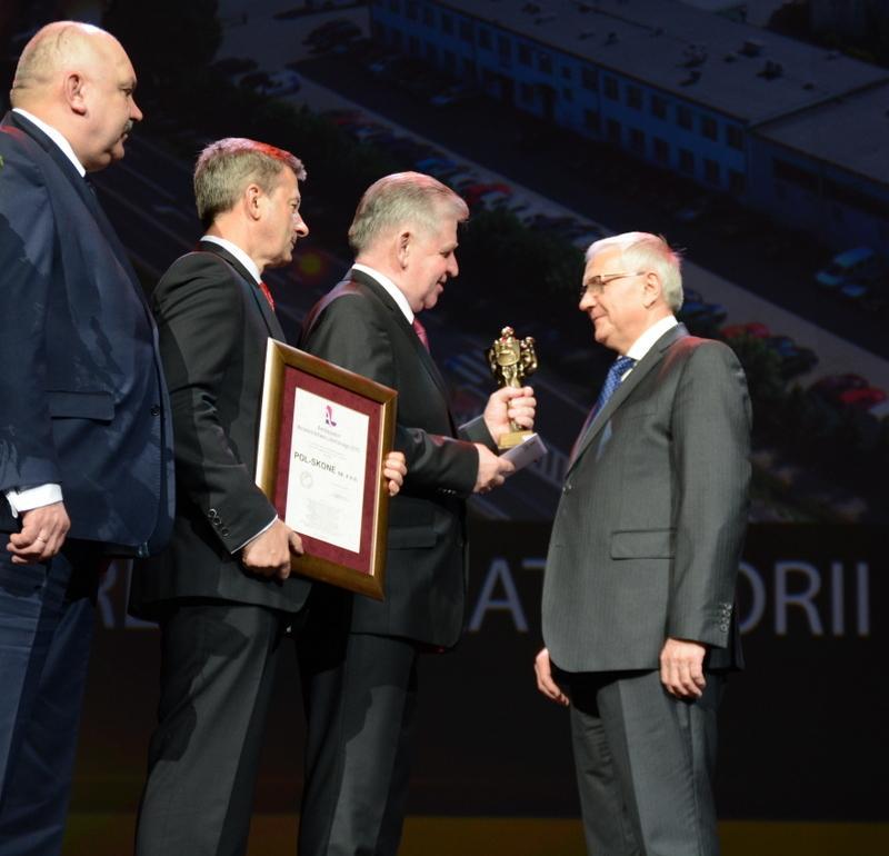 Marszałek wręcza nagrodę przedstawicielowi firmy Pol-Skone