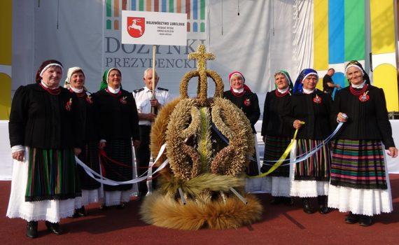 Zwycięski wieniec i grupa wieńcowa z Gęsiej Wólki (fot. Patrycja Stachowska-Szczotka/UMWL)