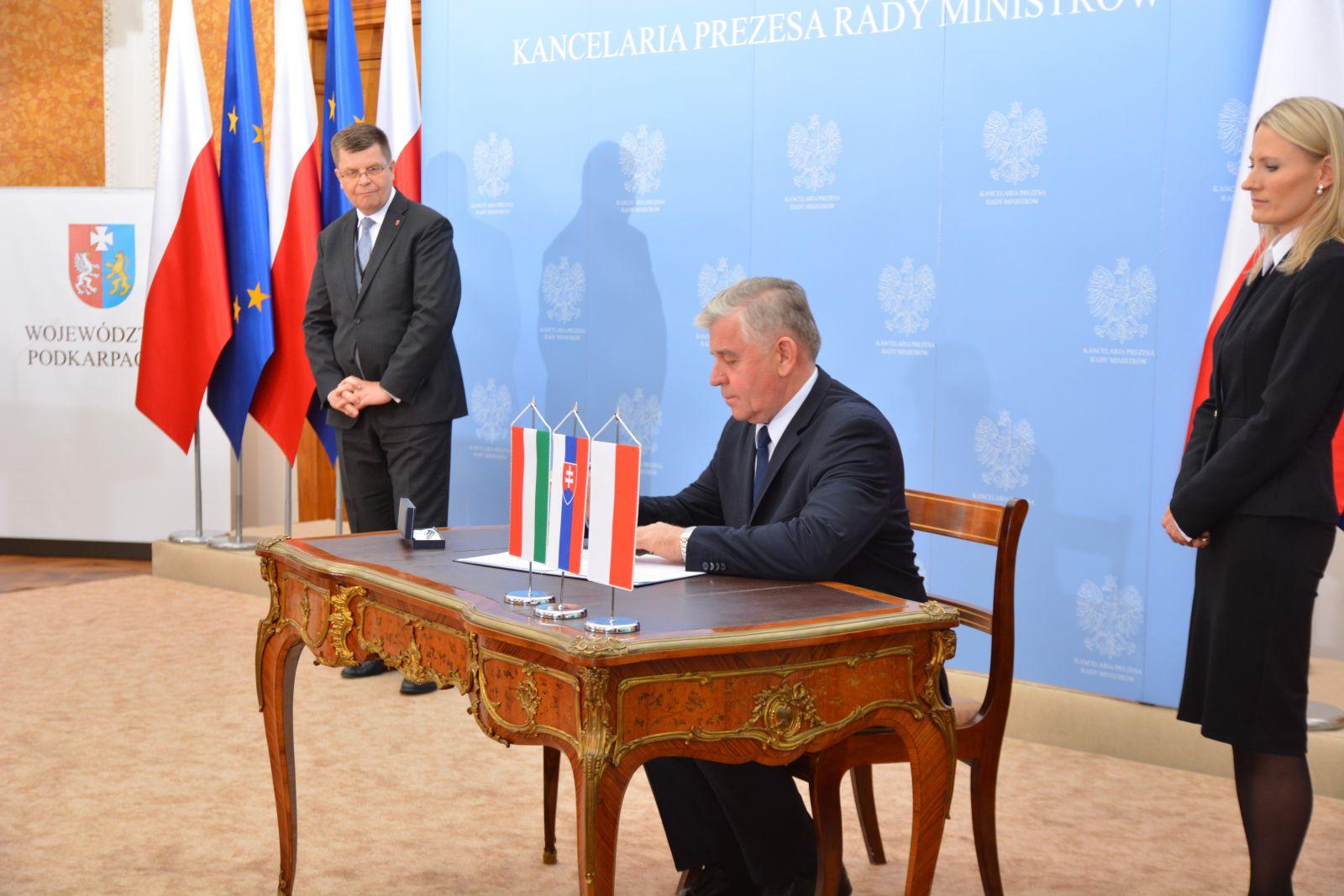 """Podpisanie """"Porozumienia – Via Carpatia"""" podczas konferencji w Łańcucie"""