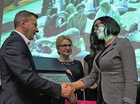 Wicemarszałek oraz sekretarz województwa gratulują zwycięzcom (I miejsce zajęła Noc Kultury)