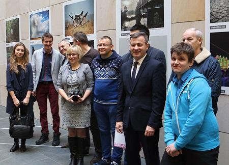 Laureaci konkursu z wicemarszałkiem Krzysztofem Grabczukiem.