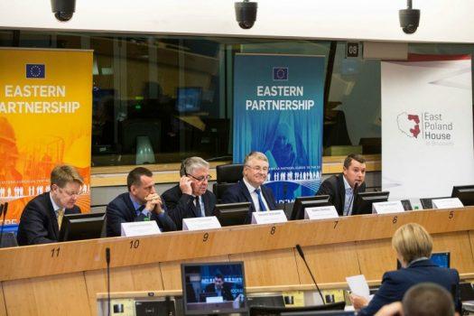 Od lewej: Lawrence Meredith – Komisja Europejska, Artur Orzechowski - Ambasador RP w Królestwie Belgii, Markku Markkula - Przewodniczący Komitetu Regionów, Peter Sondergaard – moderator, Europejski Fundusz na rzecz Demokracji. (fot. Ł. Kobus)