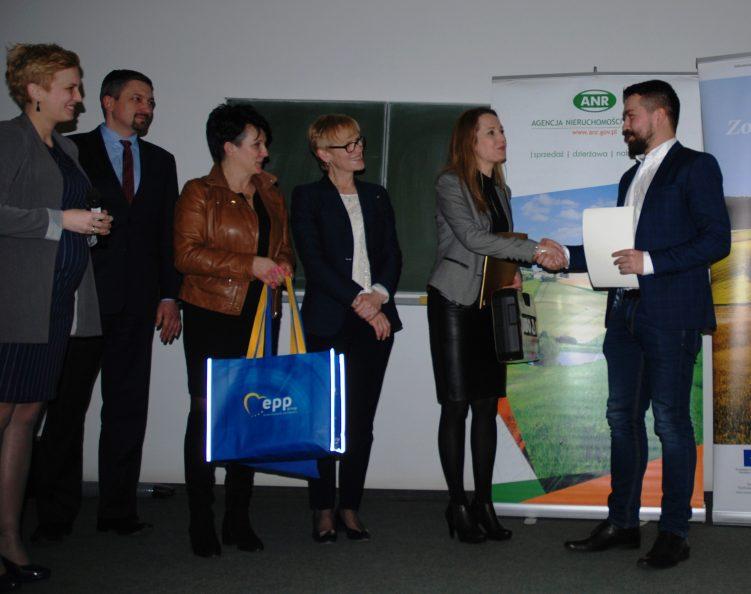 Z-ca dyr. Katarzyna Kremeś wręcza pierwszą nagrodę Łukaszowi Czechowi (fot. Piotr Banak/UMWL)