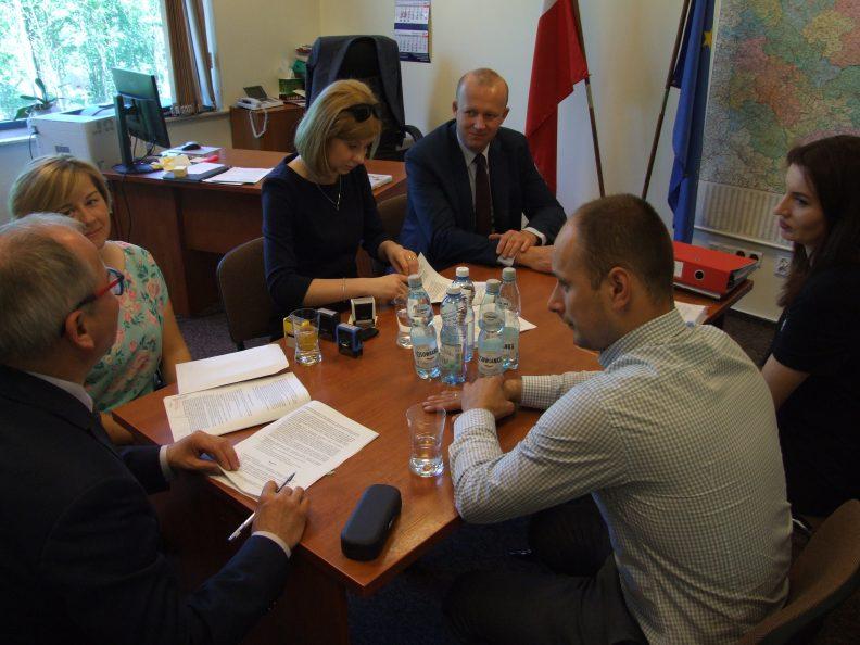 Umowę podpisuje Starosta powiatu opolskiego Zenon Rodzik