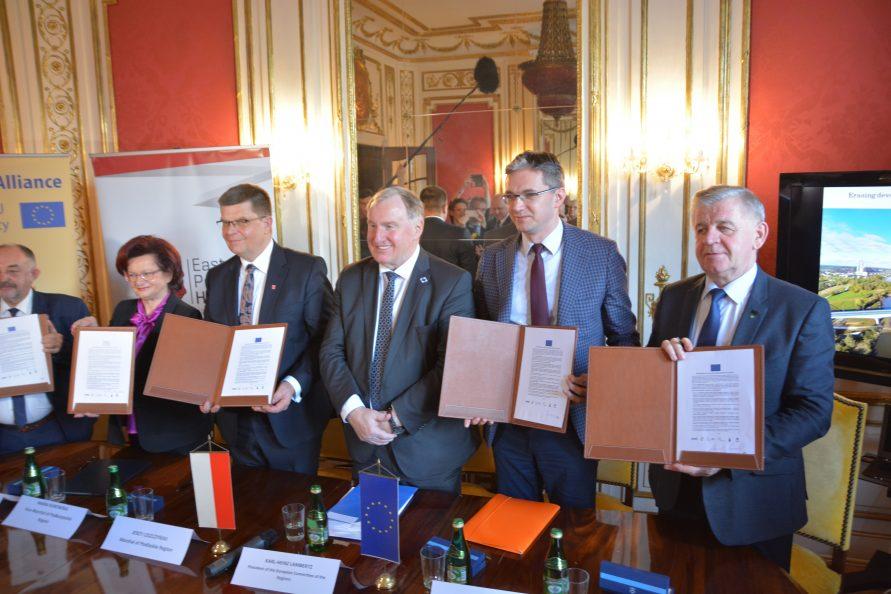 Podpisanie deklaracji #CohesionAlliance w Domu Polski Wschodniej w Brukseli. Województwo lubelskie podczas podpisania reprezentował marszałek Sławomir Sosnowski.