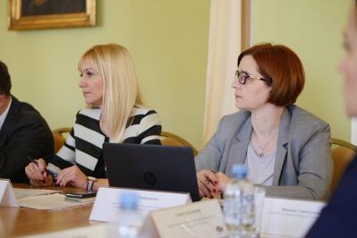 Dwie kobiety podczas posiedzenia