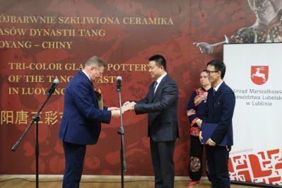 cztery osoby podczas oficjalnego wystąpienia