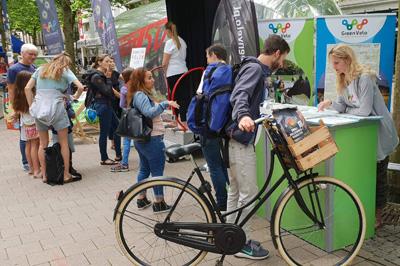 Turyści w Hamburgu zwiedzają stoisko