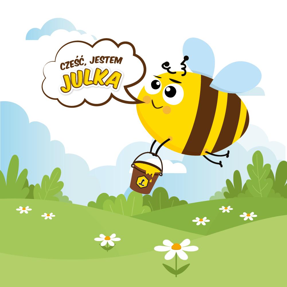 """Obrazek przedstawia graficzną postać brązowo-żółtej pszczółki Julki z niebieskimi skrzydełkami, która leci nad zieloną łąką obsianą białymi kwiatkami. Pszczółka trzyma brązowe wiaderko wypełnione miodem i oznaczone literą L, jak Lubelskie. Obok pszczółki widoczny jest napis w chmurce: """"Cześć, jestem Julka"""". W tle widoczne są zielone zadrzewienia, a nad nimi obłoki w tonacji biało-niebieskiej."""