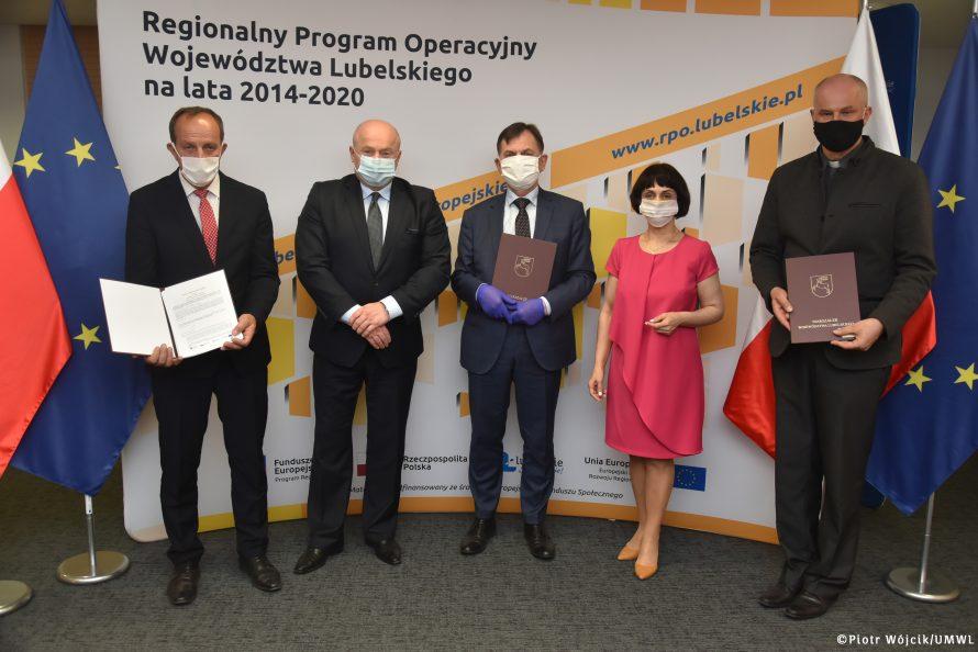 Na zdjęciu od lewej Marek Jacek Dziura, Marszałek Jarosław Stawiarski, Prezes Zarządu Jerzy Woźniak, Dyrektor LAWP Elżbieta Kędzierska, Prezes Zarządu ks. Jarosław Orkiszewski
