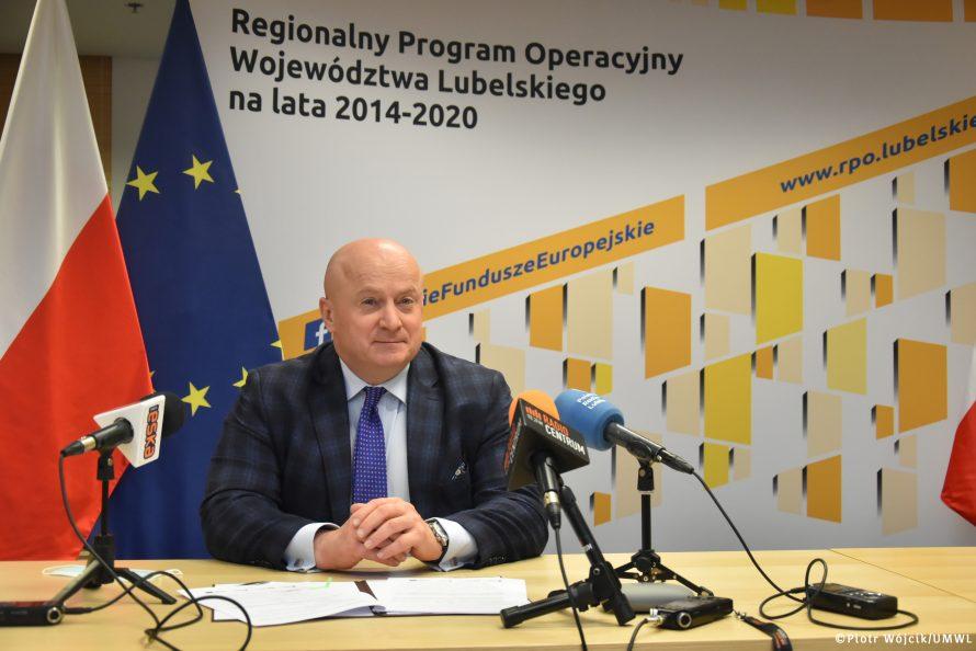 Marszałek Jarosław Stawiarski podczas konferencji prasowej