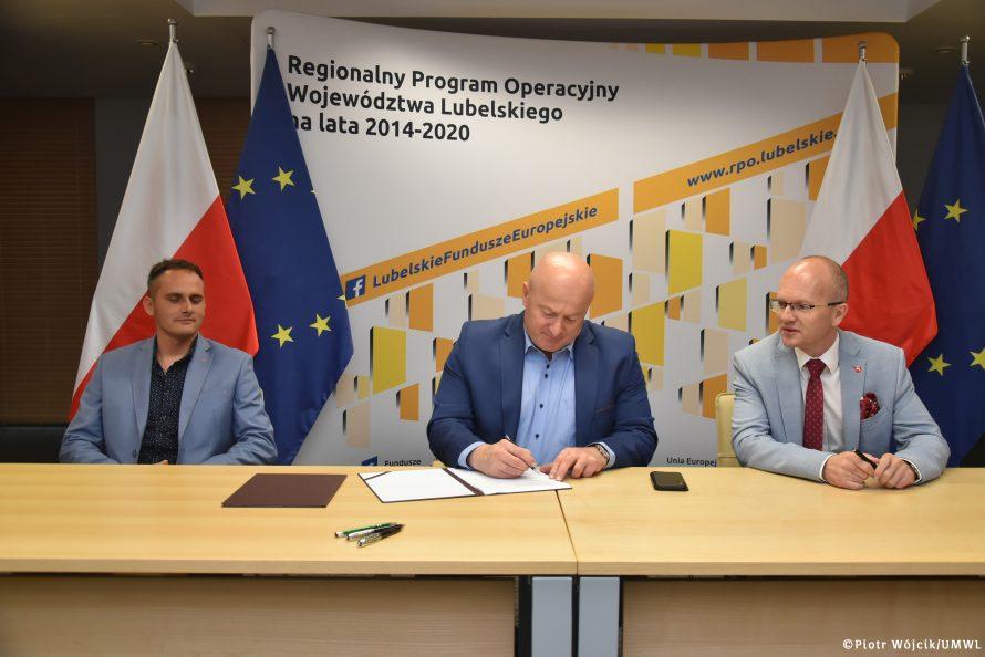 Podpisanie umowy na realizację zadania usuwania azbestu. Na zdjęciu od lewej: przedstawiciel firmy DELTA Tomasz Wejman, Marszałek Jarosław Stawiarski i Czlonek Zarządu Sebastian Trojak