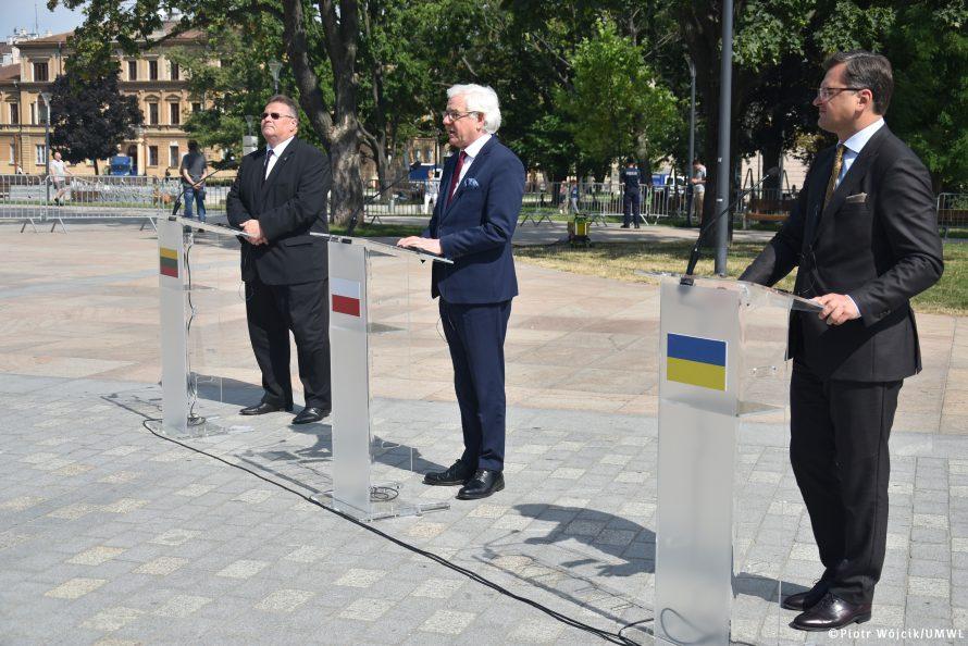 Ministrowie spraw zagranicznych (od lewej): Litwy Linas Linkevičius, Polski Jacek Czaputowicz, Ukrainy Dmytro Kuleba w trakcie konferencji prasowej pod pomnikiem Unii Lubelskiej na Placu Litweskim w Lublinie.