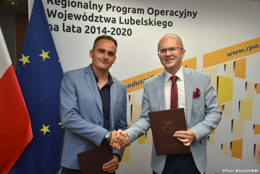 Podpisanie umowy na realizację zadania usuwania azbestu. Na zdjęciu od lewej: przedstawiciel firmy DELTA Tomasz Wejman i Czlonek Zarządu Sebastian Trojak