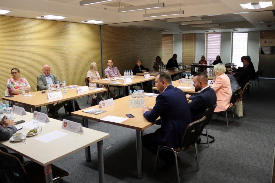 Posiedzenie Rady Działalności Pożytku Publicznego. Przy stole ustawionym w kształ litery u siedzą członkowie Rady.