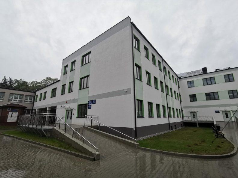 Widok na wyremontowany pawilon szpitala neuropsychiatrycznego. Budynek trzykondygnacyjny,