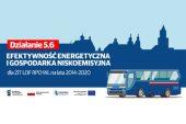 grafika przedstawia w tle zarys starego miasta, po prawej stronie autobus w formie graficznej. Po lewej napis (na czerwonym polu) działanie 5.6, poniżej na niebieskim tle napis efektywność energetyczna i gospodarka niskoemisyjna dla ZIT LOF RPO WL na lata 2014-2020. Poniżej, na białym tle logo funduszy europejskich, flaga rzeczypospolitej polskiej, logo lubelskie smakuj życie, flaga unii europejskiej