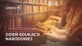 W górnym lewym rogu podkreślony napis lubelskie i kontur herbu województwa. W dolnym lewym rogu w ramce napis 14 października, poniżej napis Dzień Edukacji Narodowej. Litera I w słowie Edukacji stylizowana na flagę Polski w pozycji pionowej (biała cześć po lewej, czerwona po prawej). w tle ujęcie na postać trzymającą książkę i długopis, przy regale z książkami.