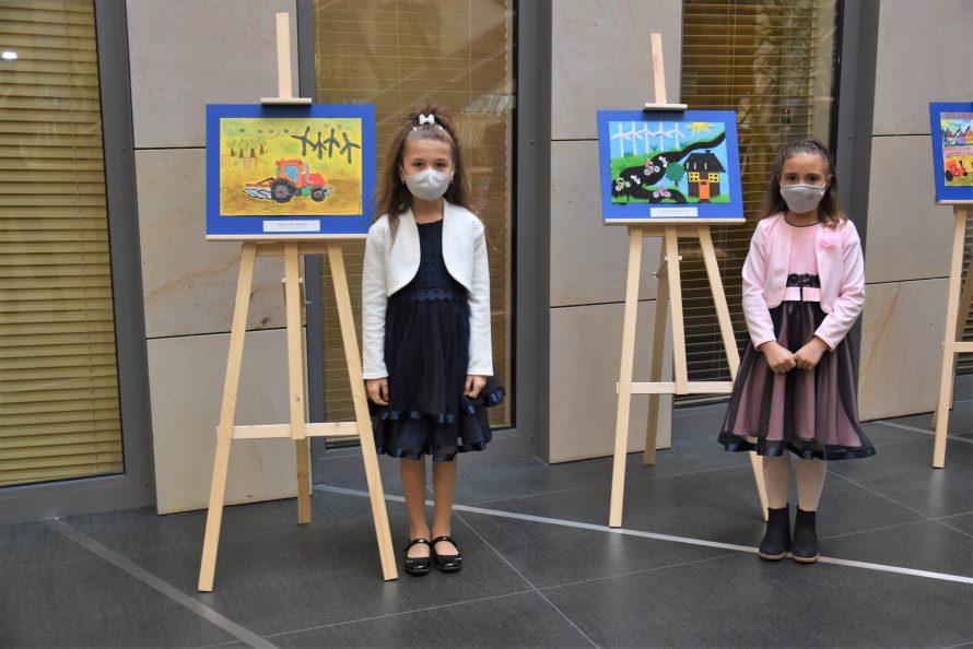 Dwie laureatki konkursu przy swoich pracach