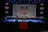 Widok ogólny na scenę sali operowej CSK. Stoją laureatki konkursu. Przy mównicy Pierwsza Dama RP.
