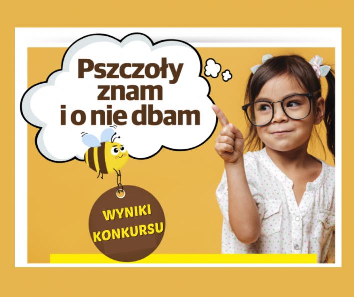 """Obraz przedstawia zdjęcie dziewczynki w okularach, która wskazuje na chmurkę z napisem """"Pszczoły znam i o nie dbam"""". Poniżej leci pszczółka trzymająca brelok napisem """"Wyniki konkursu"""""""