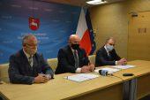 Burmistrz Bełżyc Ireneusz Łucka, marszałek Jarosław Stawiarski, starosta lubelski Zdzisław Antoń w trakcie podpisania umowy