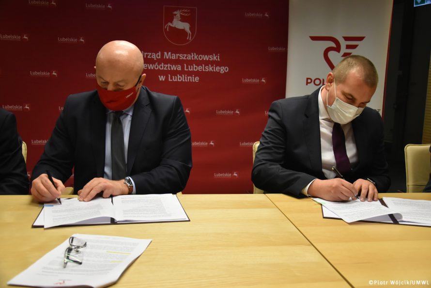 Akt podpisania umowy. Z prawej Marszałek Stawiarski, z lewej Prezes Zarządu PolRegio.