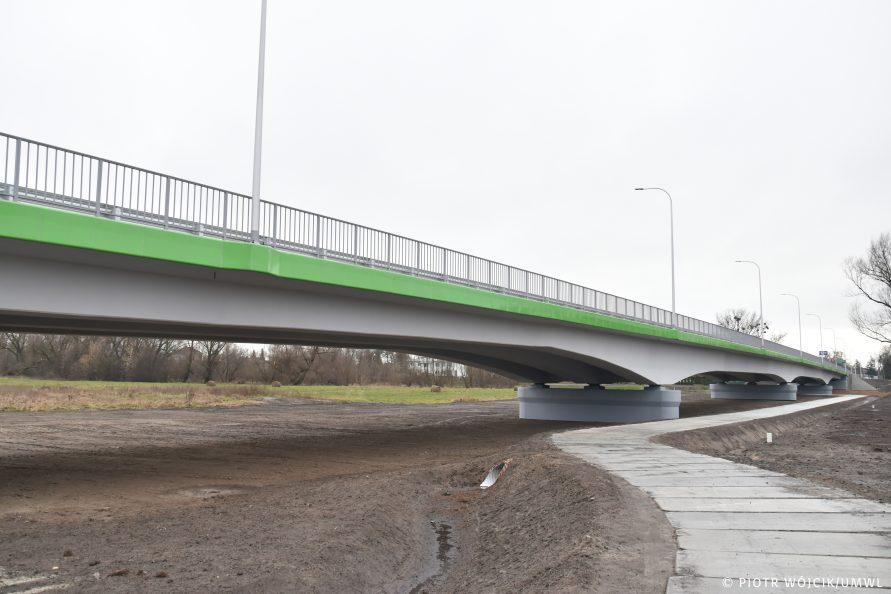 Nowy most na rzece Wieprz w miejscowości Trawniki. Widok od dołu z prawej strony (w kierunku m. Trawniki)