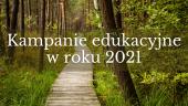 Zdjęcie ścieżki drewnianej w lesie. Napis Kampnaie edukacyjne w roku 2021