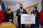 Na zdjęciu do lewej dyrektor Katzrzyna Tokarczuk, członek zarządu Zdzisław Szwed oraz dyrektor szpitala w Zamościu Kamila Ćwik (obydwoje trzymają symboliczny czek z wypisaną nazwą zadania i kwotą)