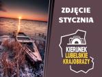 """Infografika przedstawia po lewej stronie zwycięskie zdjęcie z łódką na ośnieżonym brzegu jeziona podczas zachodu słońca, a po prawej napis """"Zdjęcie stycznia"""" i logotyp akcji z napisem """"Kierunek lubelskie krajobrazy""""."""