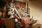 Na stole ustawione różna palmy i pisanki przesłane na konkurs