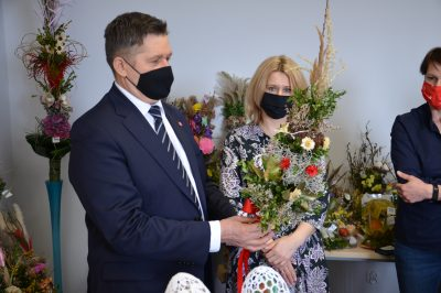Członek Zarządu Zdzisław Szwed oraz Dyrektor Ewa Szałachwiej oglądają palmy konkursowe