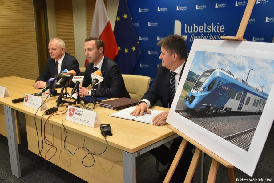 Konferencja prasowa, podczas której wicemarszałek Michał Mulawa i członek zarządu Zdzisław Szwed podpisali umowę na dostarczenie nowych szynobusów.