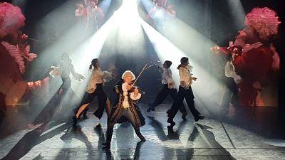 skrzypek na tle tańczących