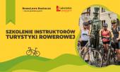 Napis Szkolenie Instruktorów Turystyki Rowerowej na żółtym tle, po prawej stronie zadowolenie rowerzyści z sakwami przy pominku chrząszcza w Szczebrzeszynie, w nagłówku napis rowelove Roztocze razem pomimo granic, oraz lubelskie smakuj życie, na dole zdjęcia ozdobne pagórki na których stoi rower