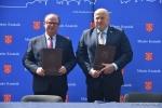 Burmistrz Kraśnika i Marszałek Województwa Lubelskiego z podpisanymi umowami.