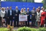 Goście spotkania z symbolicznym czekiem na 12 mln złotych.