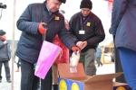 Marszałek Sławomir Sosnowski przekazuje dary wolontariuszom akcji Pomóż Dzieciom Przetrwać Zimę