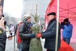 Akcja Świąteczna Choinka. marszałek Sławomir Sosnowski przekazuje pierwszego świerka mieszkańcowi Lublina