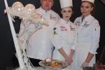 Tomasz Mahoń i jego uczennice: Agata Wolfram (z prawej) i Renata Buczek, prezentują konkursowe menu (fot. facebook.com/StaropolskaLublin)