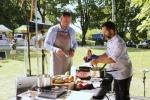 Pierwszego dnia na scenie swoje kulinarne talenty odkrywał zastępca dyrektora lubelskiego oddziału KOWR Marek Wojciechowski (z lewej) przy fachowym wsparciu kuchmistrza Piotra Huszcza