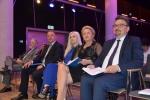 Organizatorzy debaty. Oprócz wicemarszałka Kapusty (drugi z lewej) konferencję przygotowali: radna Bożena Lisowska (druga z prawej) i dyr. Sławomir Struski (pierwszy z prawej)