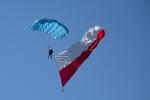 Jedną z atrakcji imprezy w Radawcu były skoki spadochronowe.