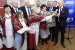 Trofea dla pań z KGW z Pólka w gminie Niemce wręcza wicemarszałek Sebastian Trojak