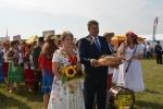 Starostowie dożynek podczas powitania przybyłych