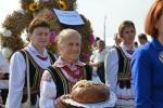 Kobiety z wieńcem i chlebem w strojach ludowych