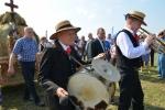 Mężczyźni grający na instrumentach podczas pochodu