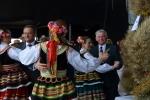 Gospodarze tańczą ludowe tańce