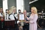 Sekretarz Województwa Anna Augustyniak wręcza pamiątkowy medal